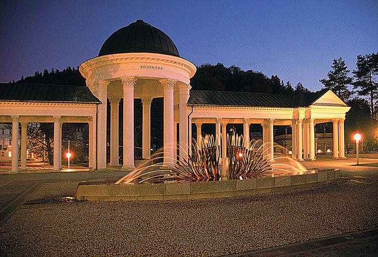 Mariánské Lázně - Noční kolonáda Karolinina a Rudolfova pramene, zpívající fontána.