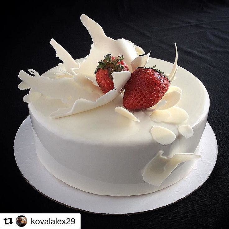 #Repost @kovalalex29 (@get_repost) @bakelikeapro  Если мы привыкли что торт - это изделие печеное и мучное то в данном случае технология приготовления иная. Муссовая основа торта подвергается глубокой заморозке. После всего комплекса приготовления торт возвращается в холодильник и проходит дефростацию 4 часа при температуре 4с. В его составе только натуральные продукты. Например торт который прямо на наших глазах покрылся нежно-белой зеркальной глазурью (гляссажем) состоит из кули-клубники…