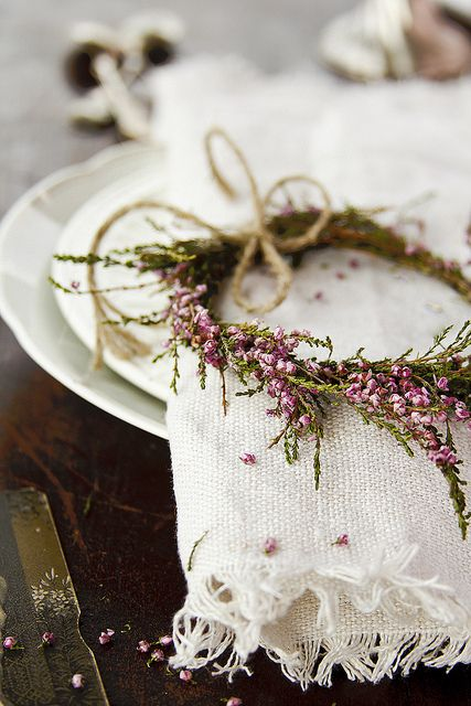 heather wreath for the table: Table Settings, White Tables, Tables Sets, Idea, Flower Crowns, Napkins Rings, Christmas Decor, Places Sets, Floral Wreaths