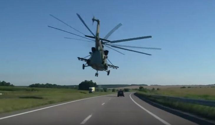 Normipäivä Ukrainassa: Helikopteri kruisailee auton edessä maantiellä | TopGear Suomi
