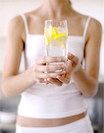 APPENA SVEGLI Al mattino, subito appena svegli, sarebbe buona regola risvegliare l'organismo con un bicchiere di acqua e limone. Depurativo e disinfettante.
