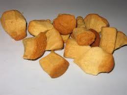 pepernoten - Een pepernoot is een snoepgoed dat vaak met Sinterklaas wordt gegeten en van roggemeel gemengd met een beetje anijs wordt gemaakt. De gebruikelijke wijze van opdienen is dat men de pepernoten door de kamer strooit, zodat de kinderen ze kunnen opzoeken. De strooiende arm wijst terug op het oude symbool van vruchtbaarheid, op de boer die zijn akker met zaad bestrooit. Pepernoten worden vaak verward met kruidnoten, echter zijn het twee verschillende soorten snoepgoed.