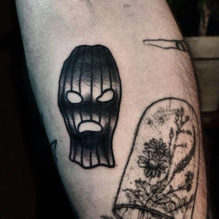 ZIEHEN SIE MIT DER SKIMASKE AN IHREM KRIPPEN. . . #tattoo #traditionaltattoos #tradi …