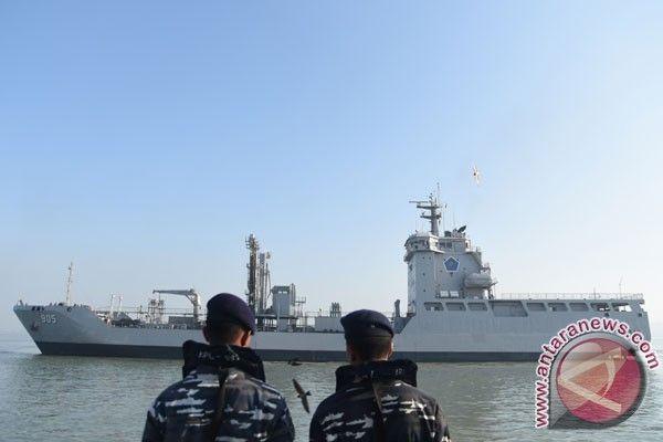 Dua orang prajurit TNI AL mengamati Kapal Perang Republik Indonesia (KRI)…