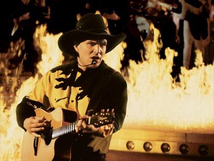 Texas stadium 1993 39 standing outside the fire 39 garth for Garth brooks trisha yearwood songs