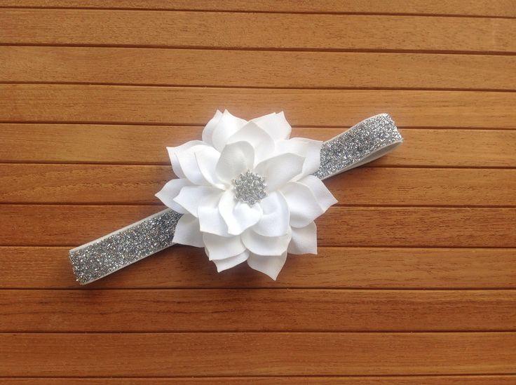 Sølv hårbånd med hvid blomst og similisten made by MargretheDesigns. Inspireret af filmen Frost/frozen