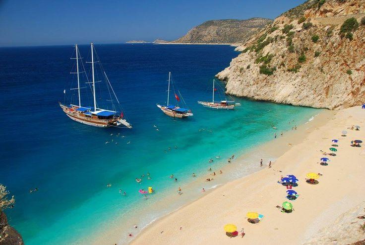 Antalya'nın Kaş ilçesi ile Kalkan Mahallesi arasında bulunan ve dünyanın en ünlü plajlarından biri olarak gösterilen Kaputaş Plajı…