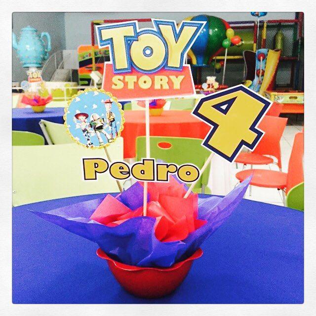 Ontem foi dia de festa para o Pedro, filho da Talissa e o Fábio Pelusch. O Dia Feliz se transformou no quarto do Andy, com a festa do Toy Story. Fizemos as lembrancinhas, a decoração e os centros de mesa! #toystory #festamenino #kidsparty #lembrancinha #centrodemesa #personalizados #ratchimbum #novaodessa