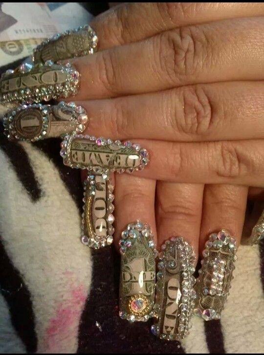 Uñas de acrílico , decoradas con dolar y piedra de cristal