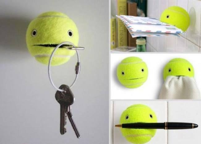 Una pelota de tenis vieja puede ser muy útil como porta llaves o para soporte de correspondencia.
