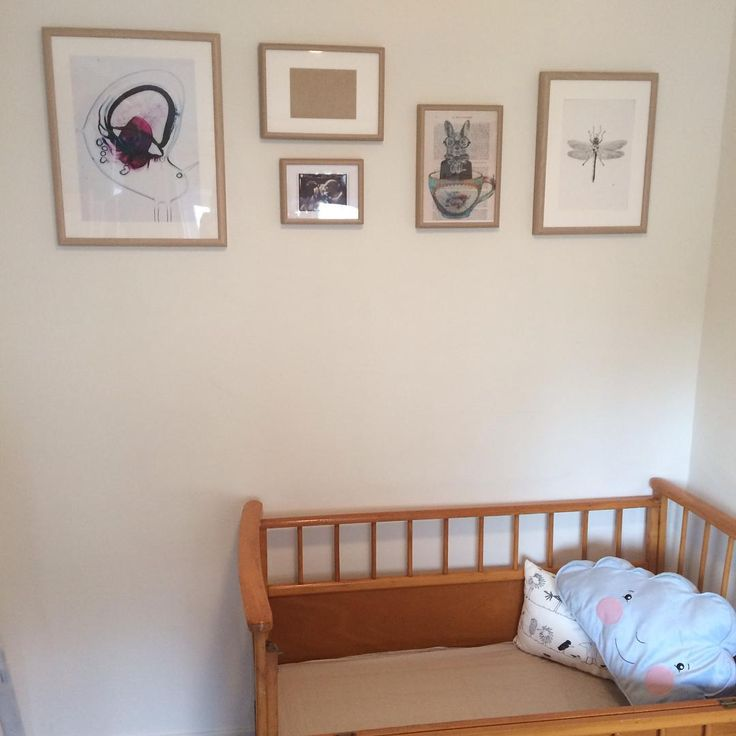 En af! Ben zo blij met de werken van getalenteerde en bevriende kunstenaars voor de kinderkamer! Net een prachtige tekening ontvangen van @wlumz (de Libelle), vorige week een mooie print van @estherhoogendyk (de roze molecule) en in de lege lijst komt het geboortekaartje van de geweldige #SamanthaWilliams. #kunst #kinderkamer #kommaaropbenerklaarvoor #geduld #zwangerschapsverlof #talent #vroeggeleerdisoudgedaan