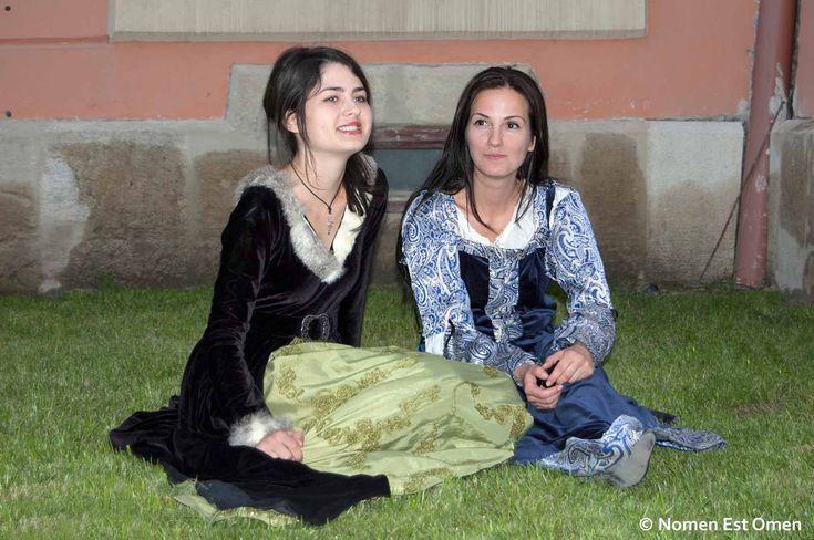 """Anca şi Adelina la Alba Iulia """"prinse"""" de Nikon-ul D40 care a însoţit formaţia Nomen Est Omen prin turnee între 2009 şi 2012."""