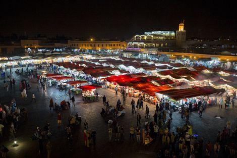 Djemaa El Fna :Marokko is een voorbeeld voor de moderne islamitische cultuur. Je ziet in Marrakech, de eeuwenoude stad, letterlijk twee werelden samenkomen. De oude medina (stad) gloeit nog van nostalgie, smalle stoffige straatjes en kleine winkeltjes vol lokale kruiden en kleden.