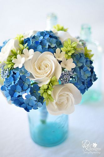 Centros de mesa con diversos tonos de azul, blanco y verde.   www.florama.mx