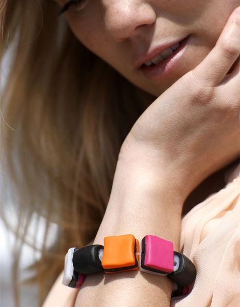 Lakridskonfekt armbånd  http://www.hendesverden.dk/handarbejde/hobby/Lakridskonfekt-armband/