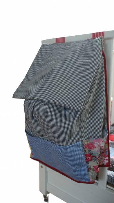 Leuke boxzak in grijs, blauw en rood tinten met de afmeting 35 x 60 x 17 cm. Achterzijde heeft 2 banden die met klitteband is vast te zetten om de boxrand. Aan de zij- en voorkant zitten extra zakken. In de bovenrand zit een koord om de zak mee dicht te maken. De hele zak is voor de stevigheid gevoerd met een extra katoen. Om ervoor te zorgen dat uw kind de zak niet in de box kan trekken zit er in de achterzijde een mdf plaat verwerkt.