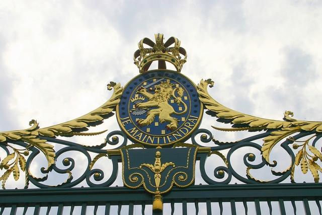 Koninklijk wapenschild, toegangshek Paleis Noordeinde, Den Haag.