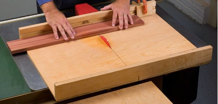 um creosscut sled para equipar a serra circular de mesa, dando uma precisão aos cortes, equipamento indispensável para um bom trabalho.:    ...