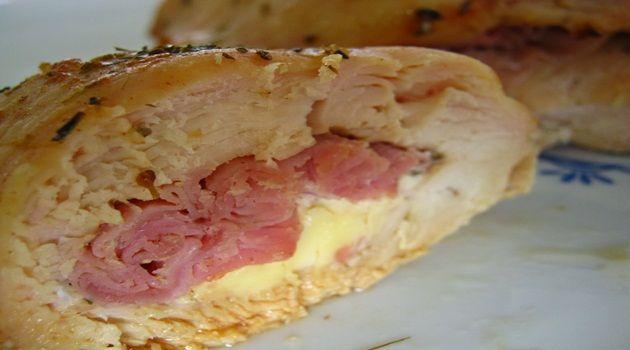 1 peito de frango grande, bem alto  - 1 colher (sopa) de mostarda de Dijon  - 1 colher (sopa) de manteiga  - 1 colher (chá) de mel  - 6 fatias de presunto (dependendo do tamanho do seu frango)  - 2 cubinhos de queijo processado (se você usar a muçarela normal, ela derreterá e ficará puxa-puxa, com o processado ficará um creme de queijo no meio)  - ervas de Provence