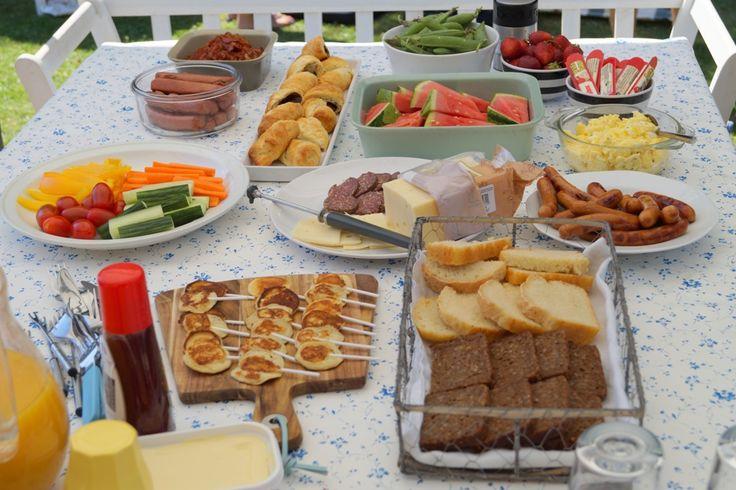 Børne-brunch. Børnehaven har været på besøg til børne-brunch. En brunch med hjemmebagt brød, jordbær, pølser, melon, mini pandekager på pind og meget mere.