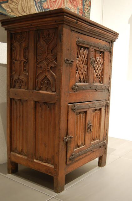 This cupboard dates from around 1500 and measures 119 x 81 x 61 cm.