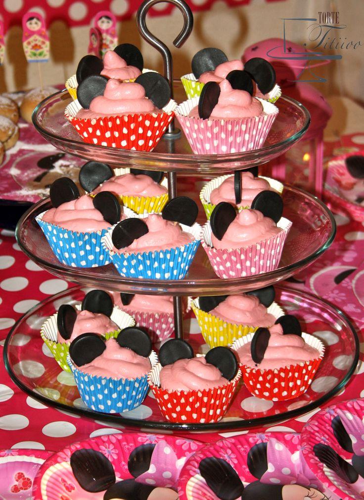 Cupcake al cioccolato con frosting e orecchie di Topolino in pasta di zucchero