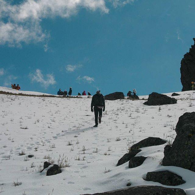 Sé que sólo el odio te ayuda a sobrevivir y que si no quiero ir al cielo es porqué no conozco nadie allí... . . . . . . Estado de México, Toluca, Noviembre del 2016. . . . #mexico #nevado #toluca #climbing #snowy #mountain #mochilerosmx #rtw #trekking