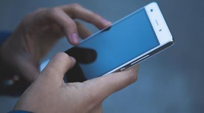 4 Hal Bahaya Jika Terlalu Lama Menatap Layar Smartphone