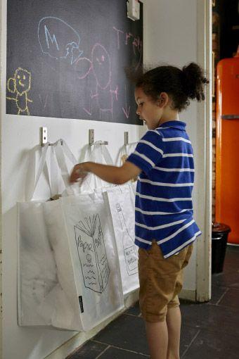 Stabile Taschen an BJÄRNUM Haken, klappbar aus Aluminium erleichtern den Weg zum Recyclingcontainer.