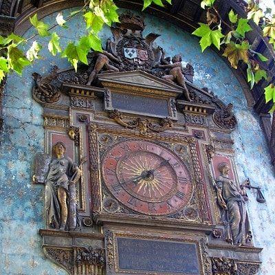 Le premier carillon de Paris A l'aube du XIXe siècle, à l'heure du développement industriel et de l'essor du chemin de fer, les cadrans solaires s'éclipsent pour laisser place aux horloges publiques. Mairies, écoles, hôpitaux et autres édifices publics affichent désormais l'heure un peu partout dans la capitale.