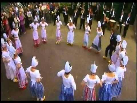 Klompendans uitgevoerd door de kinderen van groep 1/2 op de Willibrordusschool Bakel.