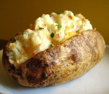 [BAKED POTATOES]  By Lorraine Pascal su Gambero Rosso Channel    4 grosse patate  180 g di formaggio roquefort (o gorgonzola piccante)  Pepe macinato fresco  Latte  Erba cipollina tagliata fine