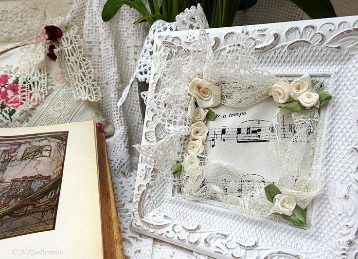 Victoriaanse omlijsting, met kant, gehaakte boord, restje stof , satijnen bloemen