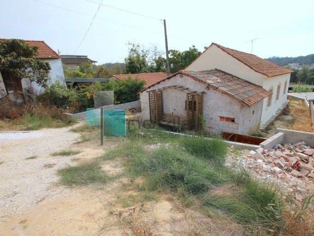 Moradia de rés do chão, dependência se logradouro com um terreno de 616m2. Encontra-se em fase de restauro e é vendida conforme se apresenta.  #moradia #house #casa #novilei #leiria #imoveis #imobiliaria #novilei