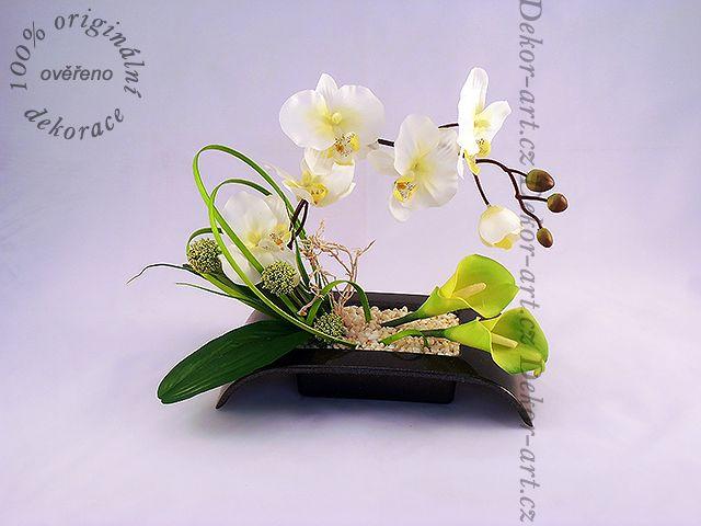 Ikebana z umělých květin v luxusních barvách.