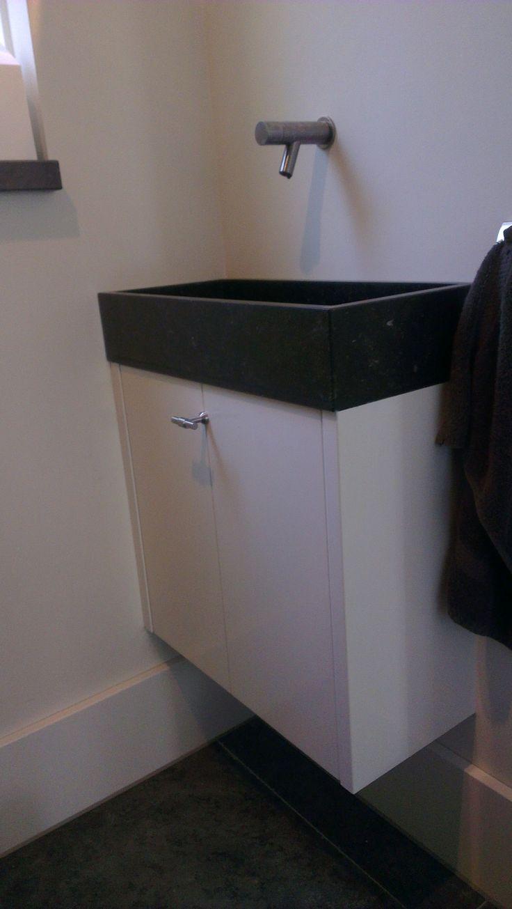 Toiletmeubel op maat met Belgisch hardsteen wasbak.