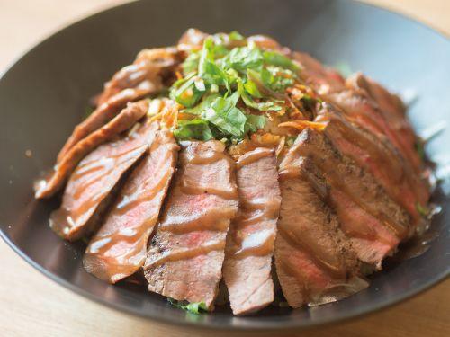 ごはんと、お肉。間違いない組み合わせですが、お肉の種類は様々。今回はそんな肉丼の名店を東西でご紹介!ステーキ丼から、ローストビーフ丼、豚丼、メガ盛り丼まで。肉好きなら一度は行きたいお店たち。協力:全国丼連盟