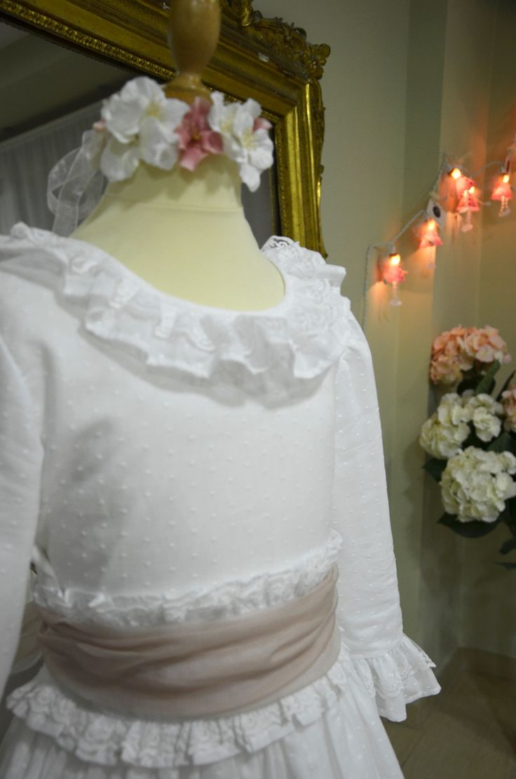 Modelo #Azalea con fajín rosa empolvado. Nuevos #VestidosdeComunión en #LeonorySofía .