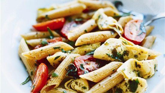 Koka pastan enligt förpackningens instruktioner. Vänd ner tomater, kronärtskockor, rosmarin och persilja i den nykokta pastan. Smaksätt med olja från kronärtskockorna, salt och peppar.