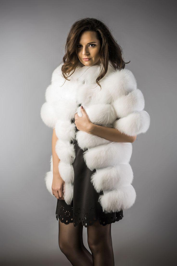 Vestă elegantă din blana de vulpe polara pentru femei. Partea exterioara este confectionata din blana de vulpe polara iar in interior este captusita.  Produs disponibil atat pentru comanda online, cat si in magazinele A&A Vesa din Romania.