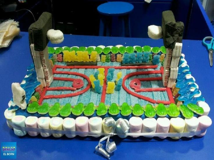 Pista de baloncesto de golosinas, si amáis el deporte, ¡este pastel tan especial os va a encantar! Creado por Dulce Diseño El Born