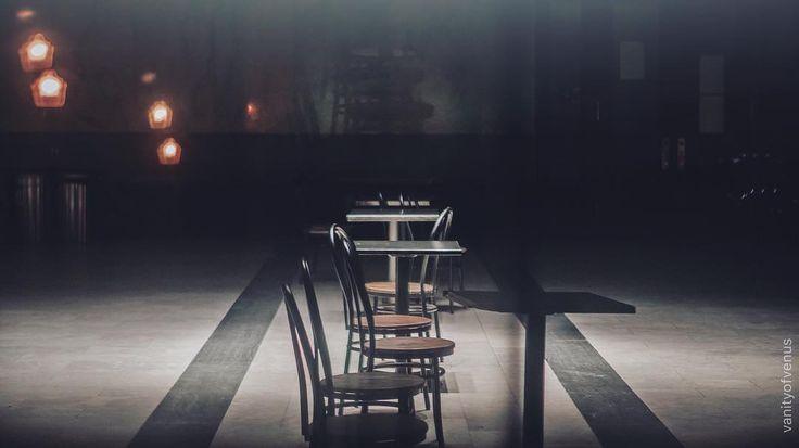 Havia um tempo de cadeira na calçada. Era um tempo em que havia mais estrelas. Tempo em que as crianças brincavam sob a clarabóia da lua. E o cachorro da casa era um grande personagem. E também o relógio da parede! Ele não media o tempo simplesmente: ele meditava o tempo. Mario Quintana . . . . . . . . . . . . . . #roamtheplanet #greatnorthcollective #wonderful_places #estheticlabel #folkcreative #visualseduction #ig_color #instamagazine #streetmobs #streets_vision #streetshared…