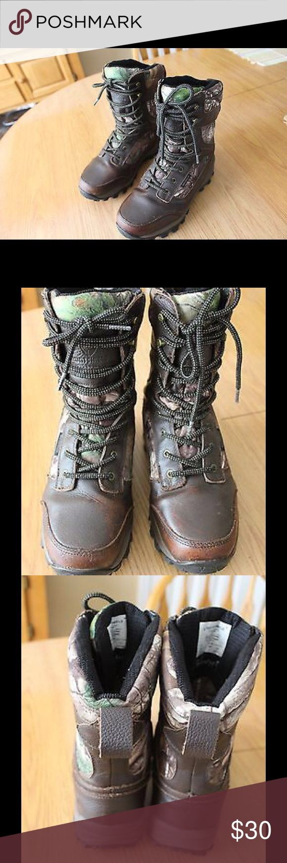 Huntshield Renegade Tracker Realtree XTRA Boots Pre-Owned Men's Size 8 USA 41 EUR Boots are in excellent condition with the exception toes are scuffed look at pictures.  FEATURES  Huntshield Renegade Tracker Realtree XTRA 1000 GMS Boots are made from a full grain leather, with a brushed polyester and mesh interior 1,000 g Thinsulate® Reinforced plastic toe cap Stainless steel and gunmetal finish to prevent rusting Thick EVA (Ethylene-vinyl acetate) making boots extra light weight Rubber slip…