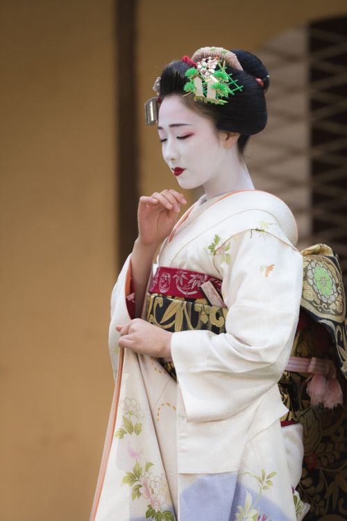 an artistic moment of serenity with this generation's most famous maiko, Mamefuji まめ藤 of Gion Kobu, Kyoto.