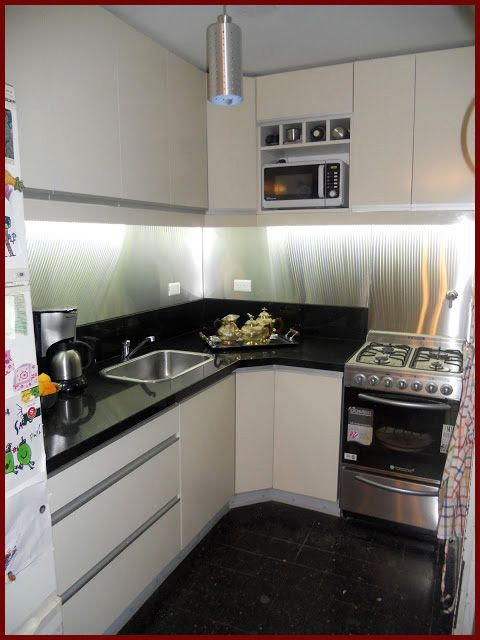 Muebles de cocina laqueados con tiradores de aluminio for Muebles de cocina de aluminio