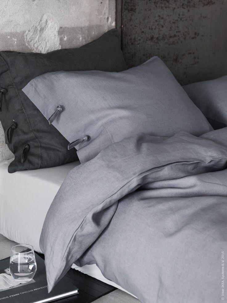 Bädda med linne för ett naturligt, skrynklig look. LINBLOMMA påslakanset i grått linne. Dra-på-lakan SÖMNIG. Det mörkgrå örngottet är DIY-färgat med antracitgrå textilfärg för en bäddning ton-i-ton.