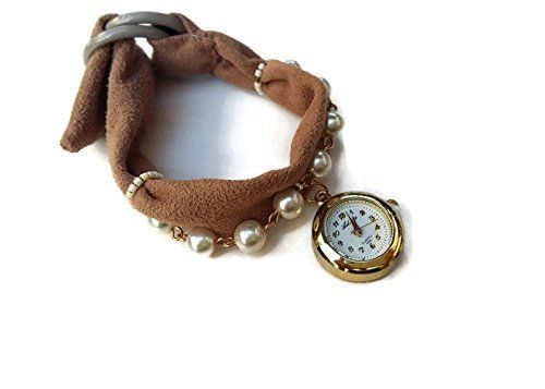 Braccialetto charm da donna marrone con perle e un piccolo orologio