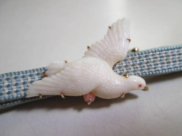 サンゴ鳩帯留め、「K18」「CY 」刻印、3.7x2.6cm, 厚み8.6mm