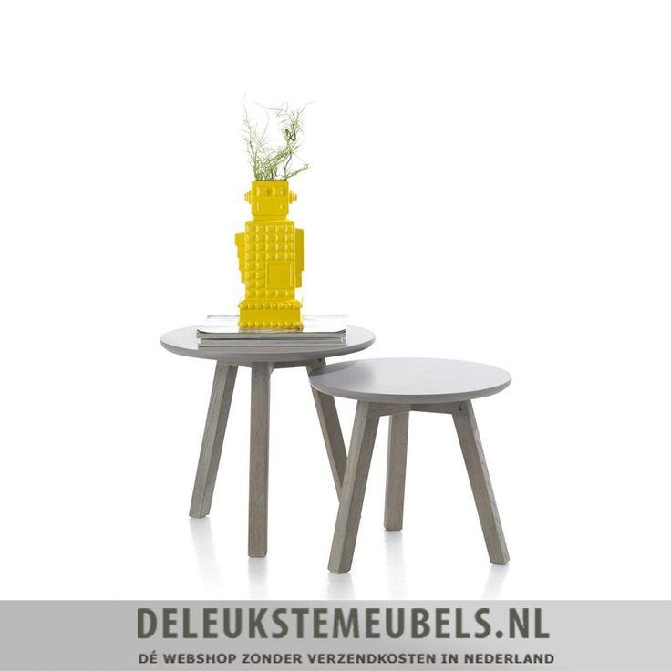 Deze ronde bijzettafel van het merk Henders & Hazel uit de Avola collectie heeft een modern design. Helemaal leuk om naast je bank te zetten of tussen twee fauteuils, ook leuk als eye-catcher op zichzelf. Het bovenblad is gemaakt van grijs gelakt mdf. Het onderstel is van elm hout in de kleur stone grey.  Salon- en bijzettafels van het merk Henders & Hazel online shoppen doe je zonder verzendkosten en snel bij deleukstemeubels.nl