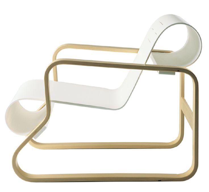 """Der Paimiio Chair ist Ergebnis eines bereits 1925 begonnenen Experimentierens mit der Verformung von Holz und Schichtholz. Ab 1929 macht Alvar Aalto weitere Versuche mit Otto Korhonen, dem technischen Leiter einer Möbelfabrik bei Turku. So entwickelt er 1931 den Sessel """"Paimio"""", mit dem er seinen großen Durchbruch als Designer hat. Design-Ikonen zum Sitzen"""
